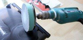 На фото - использование дрели для полировки стекол автомобиля, vekev.ru