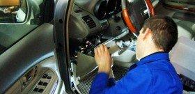 На фото - ремонт сигнализации автомобиля в автосалоне, ufauto.ru