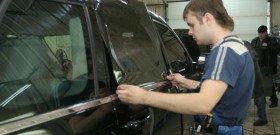 На фото - профессиональная тонировка стекол машины, carnovato.ru