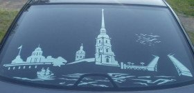 На фото - тонировка заднего стекла автомобиля с рисунком, zatonirui.ru