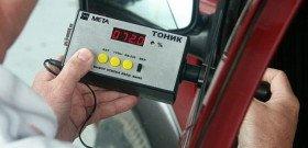 На фото - проверка правильной тонировки стекол авто, ton-servis.ru