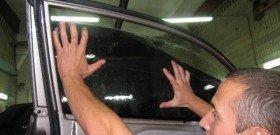 На фото - наклеивание тонировочной пленки на стекло автомобиля, likvk.ru