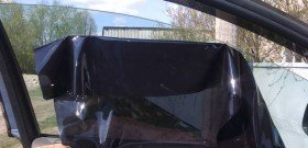 На фото - установка съемной тонировки на автомобиль, rrgarage.ru