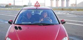На фото - техника безопасного вождения автомобиля, uspeikupit.ru