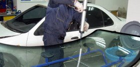 На фото - ремонт лобовых стекол автомобилей, mobiscar61.narod.ru