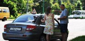 На фото - знакомство новичка с автомобилем, avtotrener-vrn.ru