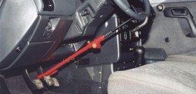 На фото - противоугонная механическая система на руль автомобиля, centeravtomobil.ru