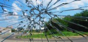 Фото трещины разветвленной на лобовом стекле авто, indigo-auto.ru