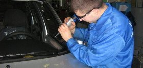 На фото - ремонт трещин на лобовом стекле, dop-service.ru