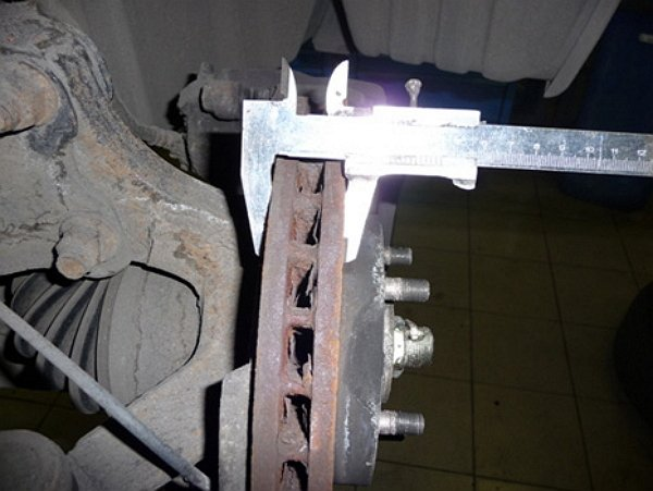 На фото - как измерить степень допустимого износа тормозных дисков