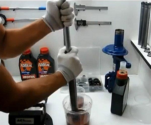 На фото - ремонт и прокачка амортизатора