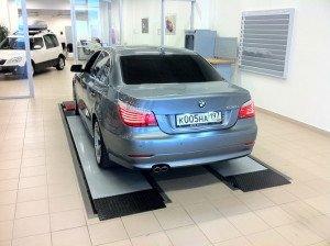 На фото - проверка амортизаторов автомобиля на вибрационном стенде, drive2.ru