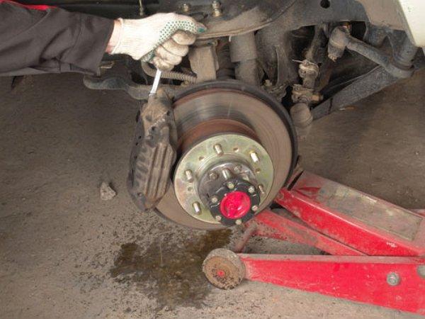 На фото - диагностика работы тормозной системы автомобиля