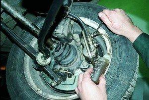 На фото - прокачка тормозной системы авто своими силами, avtobombers.ru
