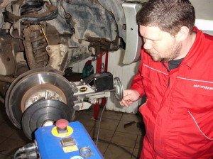 На фото - проточка тормозного диска своими руками, avto1moto.ru