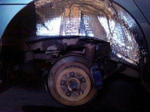 На фото - шумоизоляция пластиковой защиты арок, drive2.ru