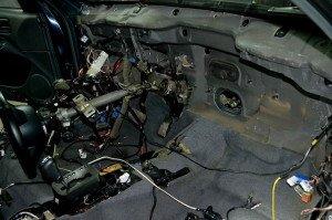 На фото - шумоизоляция моторного отсека внутри авто, drive2.ru