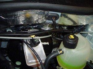 На фото - шумоизоляция двигателя автомобиля, rs-trade.ru