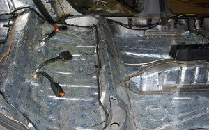 На фото - шумоизоляция салона авто вибропластом, stp-piter.ru