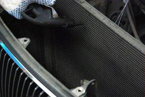 На фото - чистка радиатора кондиционера авто своими руками, blogi.autonews.ru