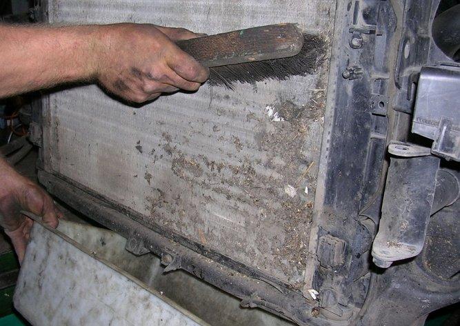 На фото - чистка радиатора авто своими руками