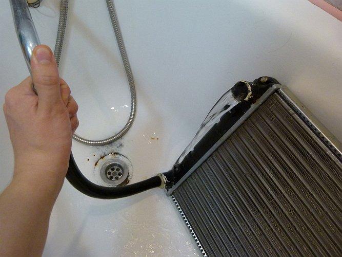На фото - как помыть радиатор внутри
