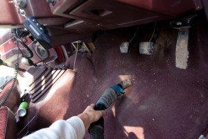 Фото чистка пола автомобиля пылесосом, dokkar.ru