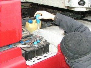 На фото - проверка плотности электролита аккумулятора, ap-st.ru