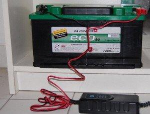 Фото подсоединения клемм зарядного устройства к аккумулятору и включение зарядника в сеть, avtomaksimum.com