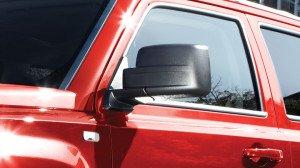 На фото - зеркало заднего вида для соблюдения безопасности на дорогах, jeep-russia.ru