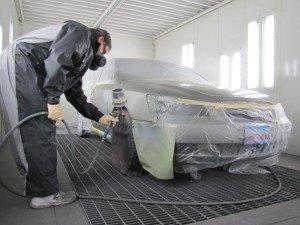 На фото - нанесение базы перед покраской авто в металлик, fb.ru
