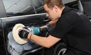 На фото - защитная полировка кузова автополиролью с тефлоном или воском, forlux.ee