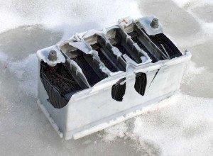 Фото поврежденной аккумуляторной батареи автомобиля, autodela.ru