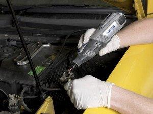 На фото - ремонт клемм автомобильного аккумулятора, autodela.ru