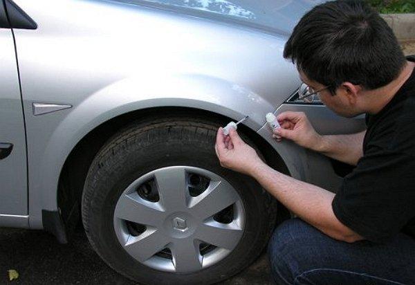 На фото - ремонт скола на кузове автомобиля своими руками