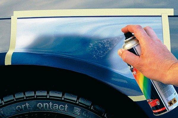 На фото - закрашивание царапин на кузове авто