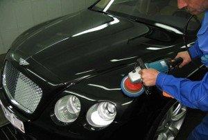 На фото - удаление царапин и сколов на кузове авто без покраски, avtopub.com