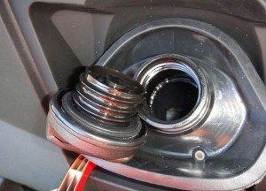 На фото - автомобильный аккумулятор с пробками заливных горловин, dedminka.ru