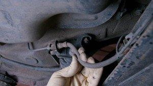 На фото - отсоединение шланга тормозной системы передних амортизаторов, automexanik.ru