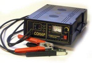 На фото - зарядно-предпусковое устройство для зарядки автомобильного аккумулятора, авто-радио.рф