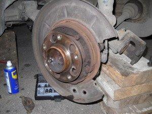 На фото - замена тормозных дисков  колодок, drive2.ru9