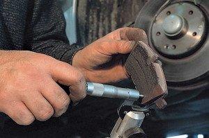 На фото - неравномерный износ тормозных колодок, autocentre.ua