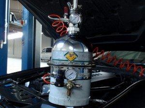 На фото - трехкамерное устройство для замены тормозной жидкости с пневматическим принципом работы, auto-flagman.ru