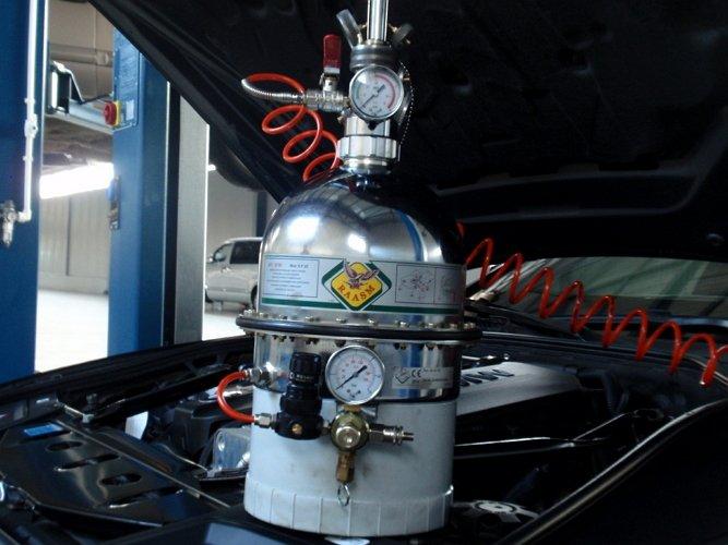 На фото - трехкамерное устройство для замены тормозной жидкости с пневматическим принципом работы