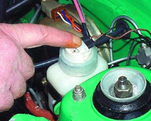 Фото проверки уровня тормозной жидкости