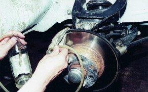 На фото - как поменять тормозную жидкость своими силами, avtomasta.ru