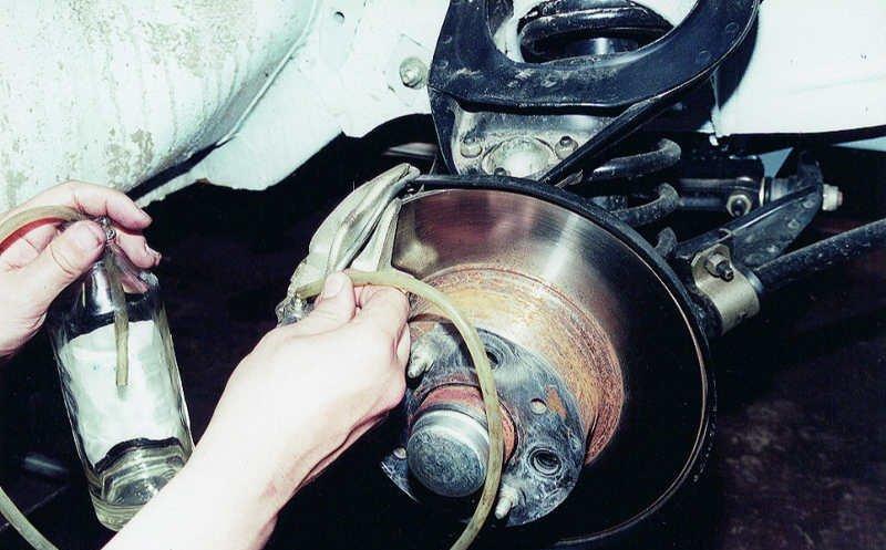На фото - как поменять тормозную жидкость своими силами
