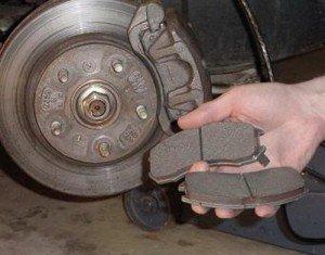 Фото замены задних тормозных колодок, cars50.ru