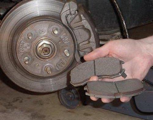 пошаговая инструкция по замене тормозных колодок - фото 5