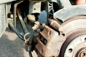 На фото - проверка заднего суппорта тормозной системы авто, drive2.ru